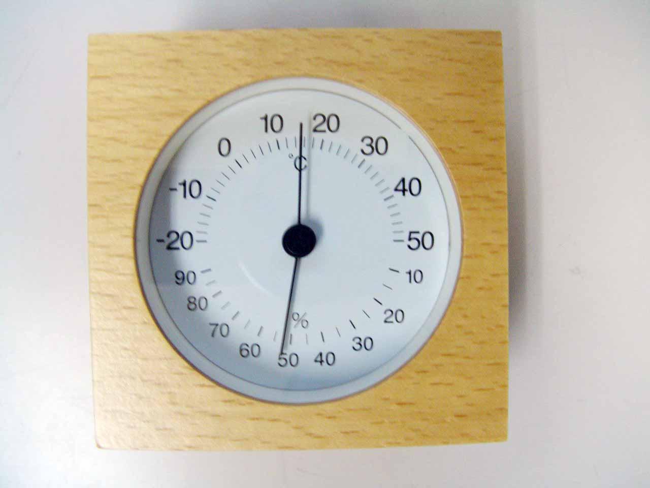 温度計って、卓上電波時計とかには付いているのですが、湿度計ってあまりないですね。 この時期、新フルとかインフルとかも流行るので、乾燥には注意が必要です。